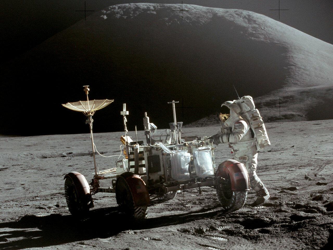 Подъехав к лунному модулю, Скотт припарковал «Ровер» у грузового отсека, в котором находился комплект научных приборов ALSEP. На снимке: Джеймс Ирвин у «Лунного Ровера». Фото сделано Дэвидом Скоттом в самом конце первого выхода на поверхность