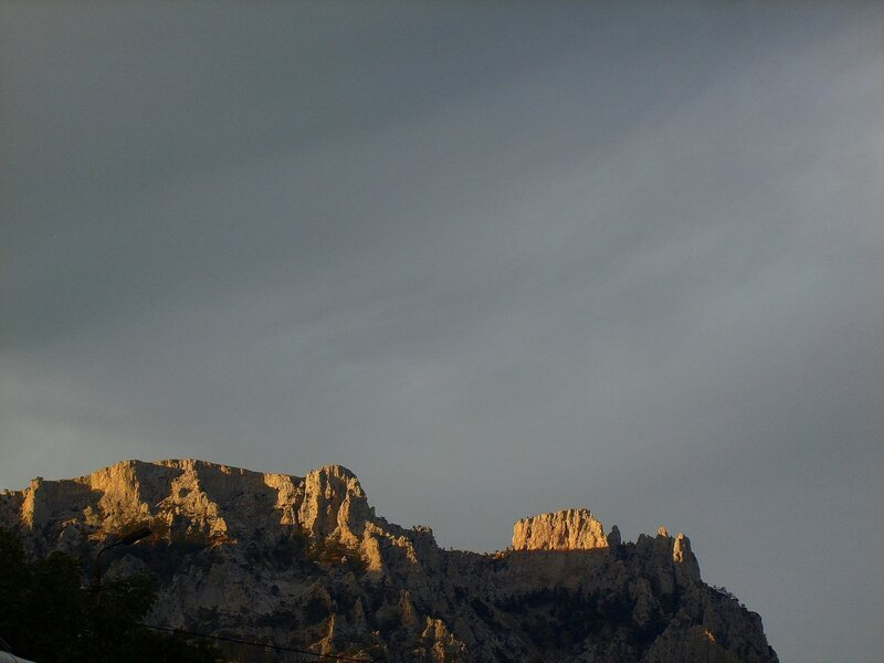 Крым,Чёрное море,горы,россияне в Крыму,Закаты. Осенние закаты над Ай-Петри, солнце дарит новый взгляд