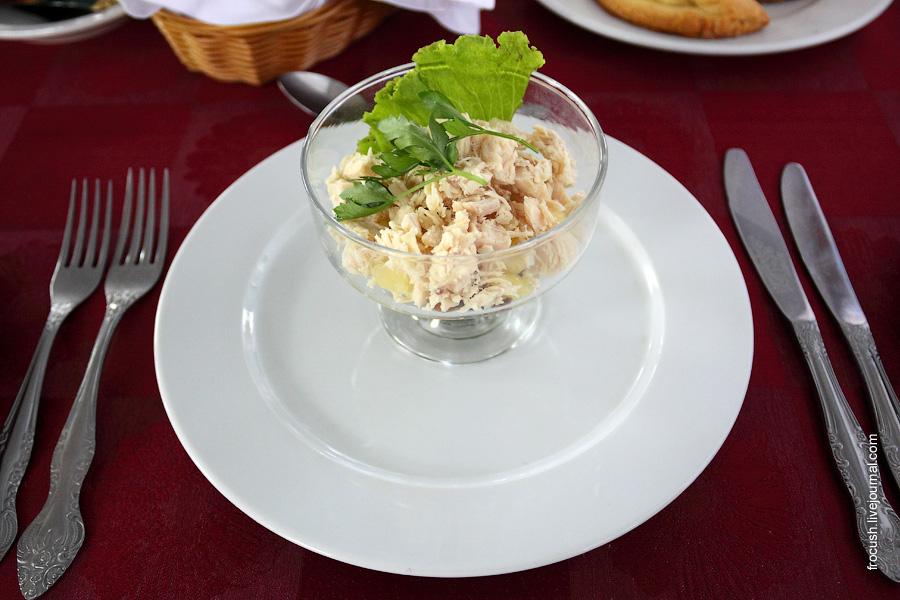 Салат «Ривьера» (филе куриной грудки, ананас консервированный, грибы, пикантная заправка из майонеза с йогуртом)