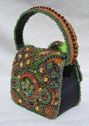 Мягкие игрушки тоже украшены бисером и брошами.  Большинство своих работ Dot Lewallen выставляет на аукцион...