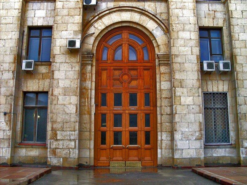 Дверь дома на Кудринской площади.