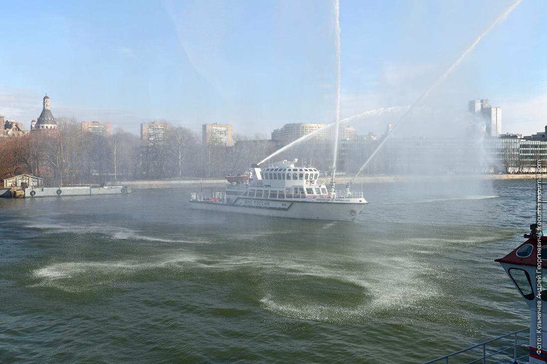 фотографии водяных пушек многоцелевое пожарно-спасательное судно Полковник Чернышев демонстрация