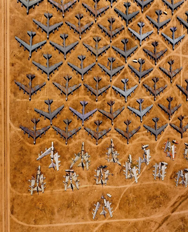 10. Разобранные бомбардировщики Б-52 на «Кладбище костей» в Тусоне, Аризона, США, 1994 г. (Alex MacL