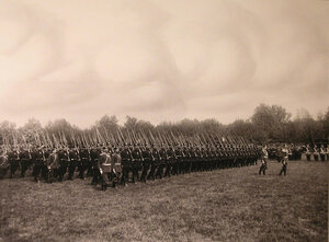 Второй батальон полка проходит церемониальным маршем во время парада.