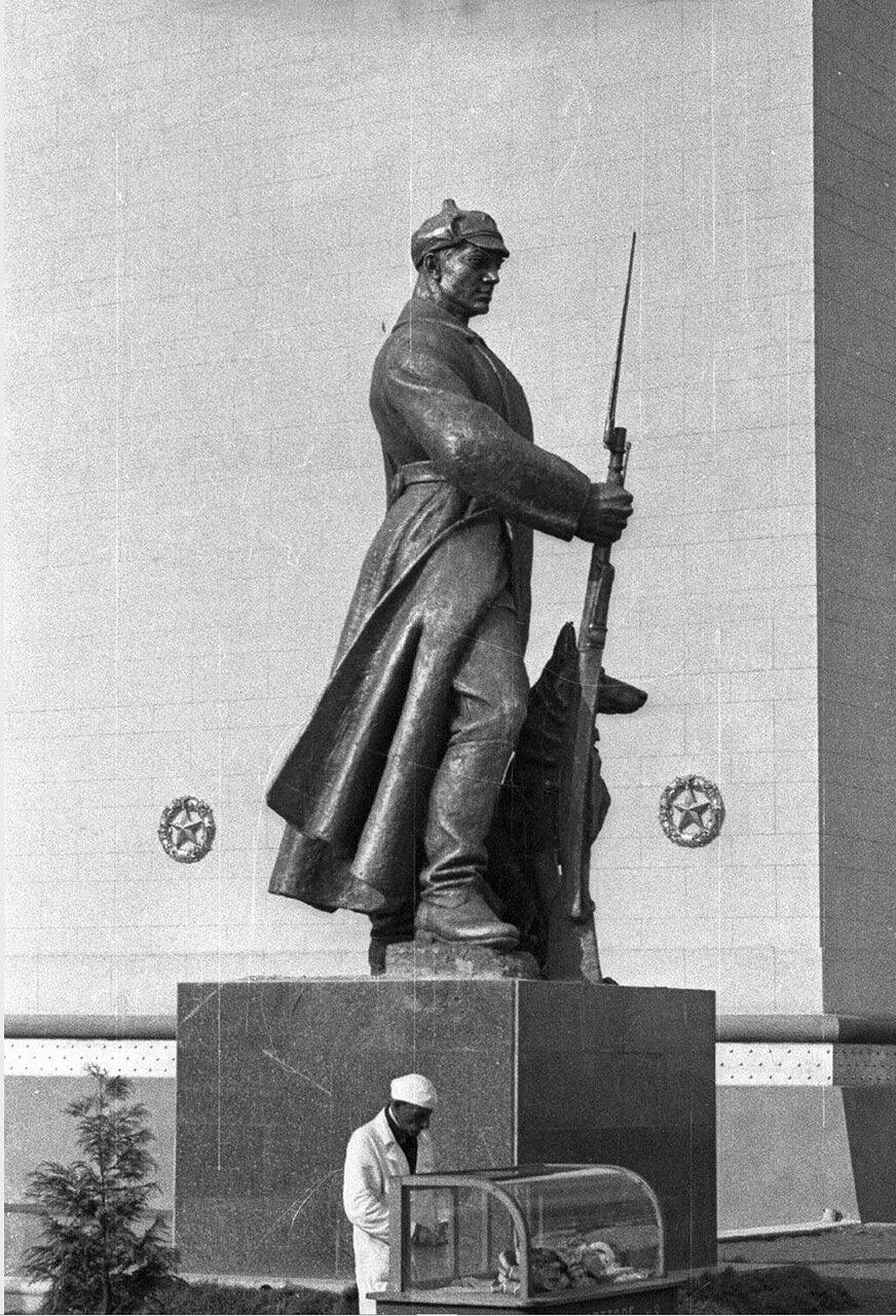 60. Скульптура пограничника возле Центрального павильона «СССР»