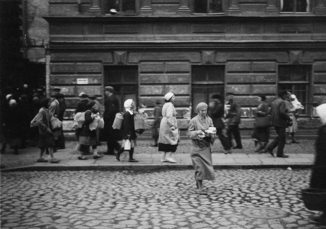 40. Москва. Женщина переходит улицу