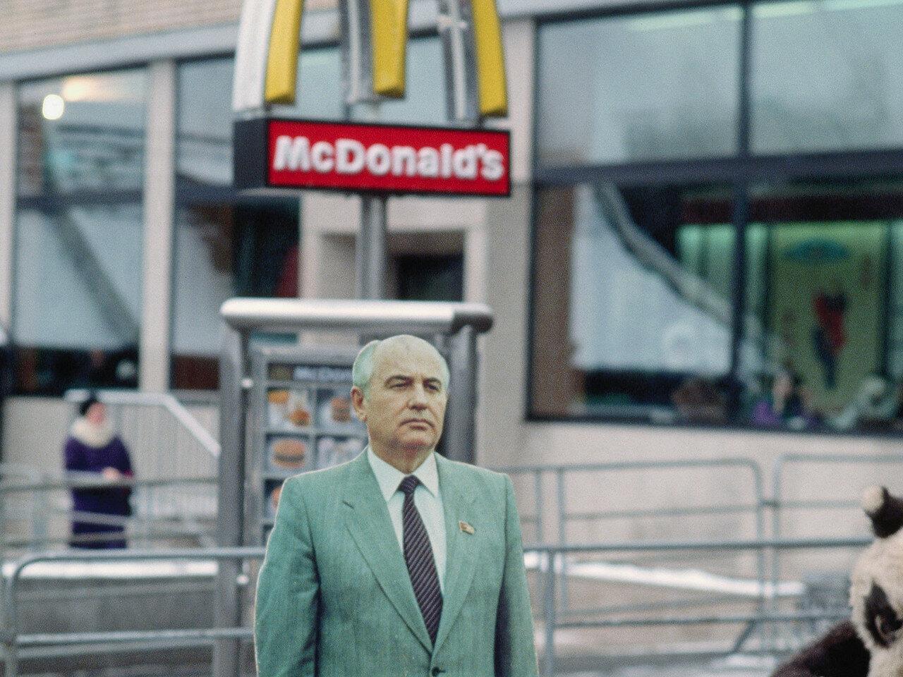 1988. Москва. Михаил Горбачев возле первого открывшегося Макдональдса