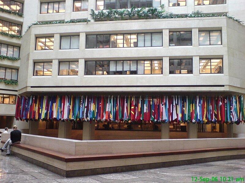 внутри здания Международного Валютного Фонда.. такой вот холл, с флагами, деревьями