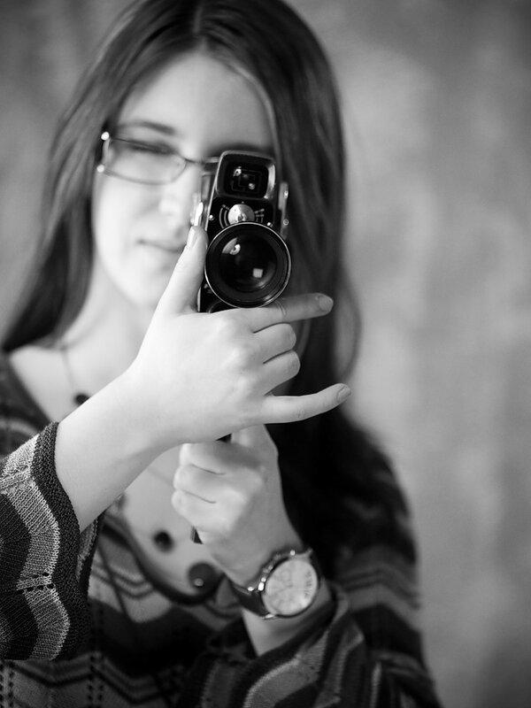 aid-a черно-белый портрет девушки