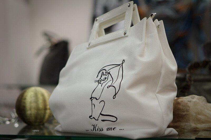 А еще сумки из эко-кожи имеют защитное полиуретановое покрытие.