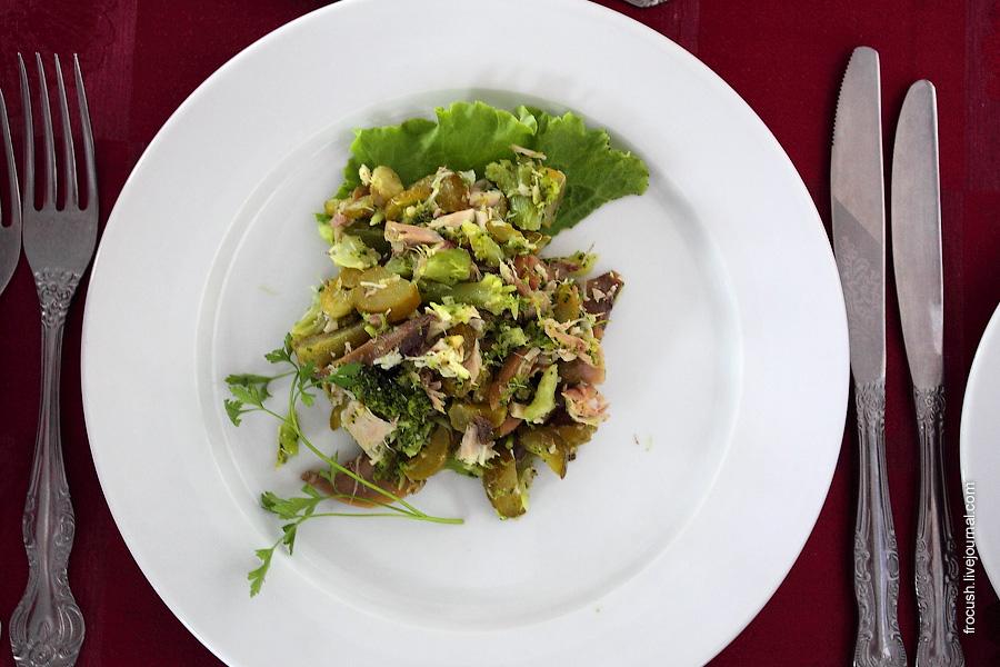 Салат «Английский» (курица отварная, отварная брокколи, лук репчатый, зелень петрушки, грибы консервированные, маринованные огурцы, майонез)