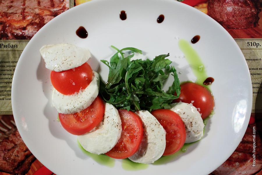 Салат «Капрезе».
