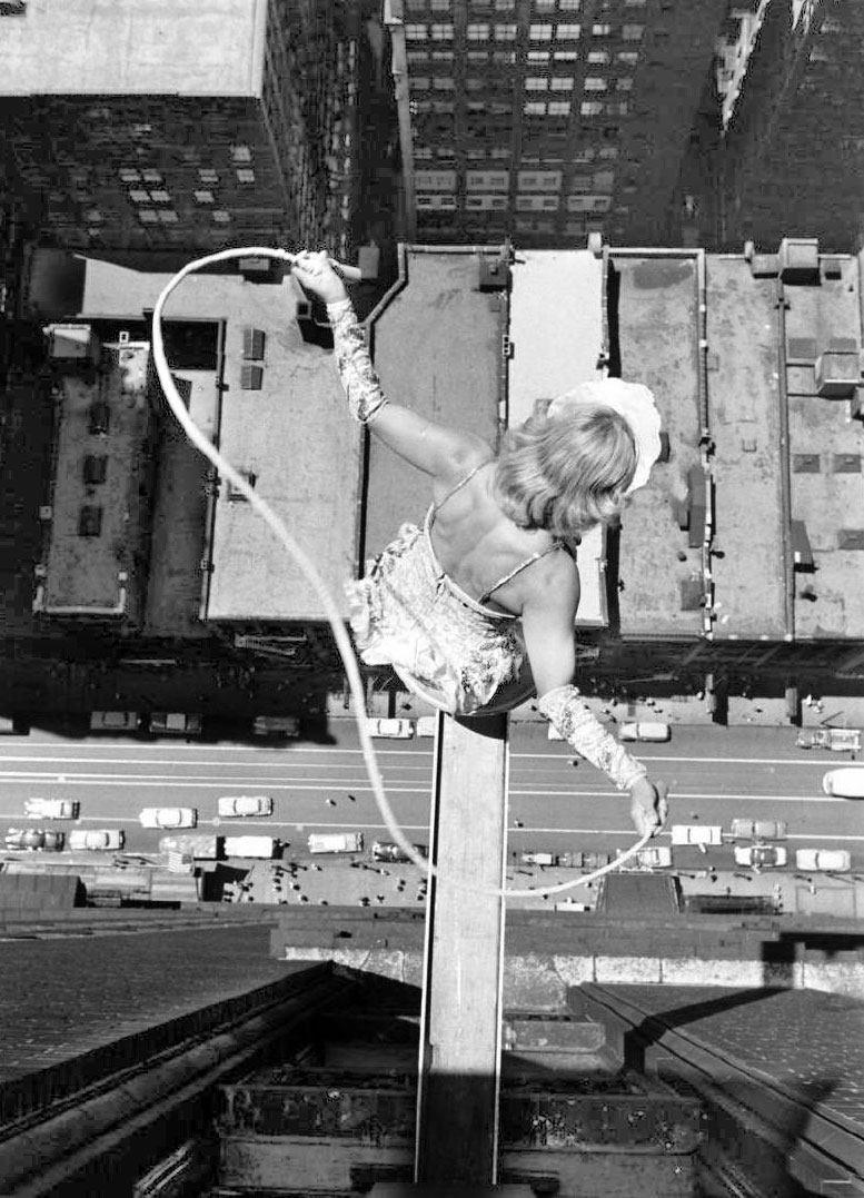 рисковые гимнасты на небоскребе в Чикаго