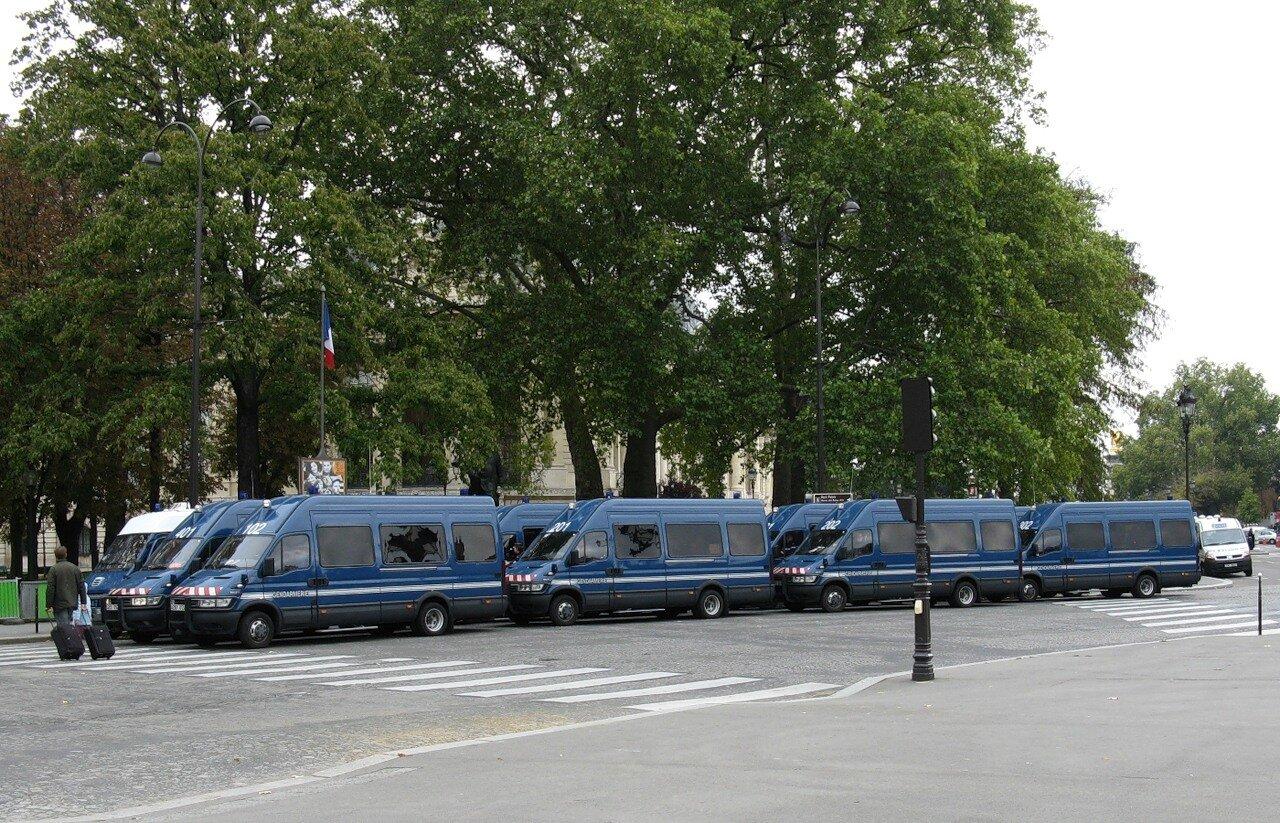 Полицейские автобусы на Елисейских полях, Париж