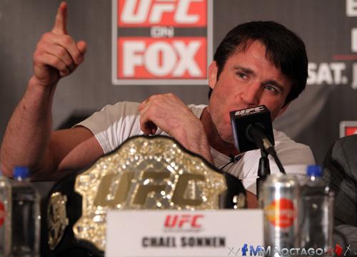 Чел Соннен на пресс-конференции перед UFC on FOX 2 с копией чемпионского пояса UFC