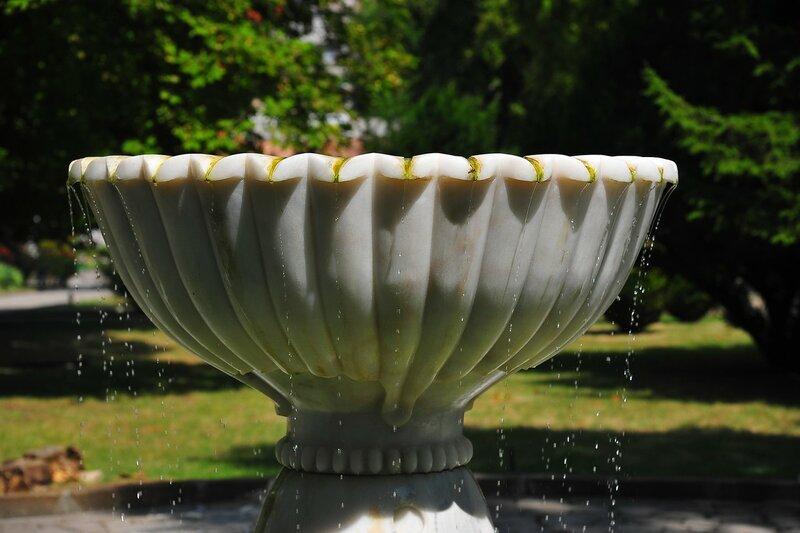 и по всей территории в разных её уголках были фонтаны. Каждый из них имел своё название и предназначение.