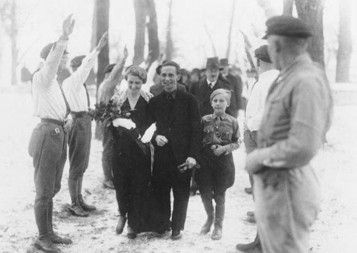 Шафер Адольф Гитлер на свадьбе у Йозефа Геббельса.