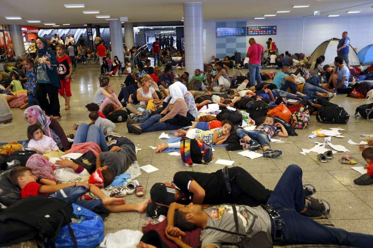Штурм Будапешта: Мигранты с Ближнего Востока на ж/д вокзал венгерской столицы (3)