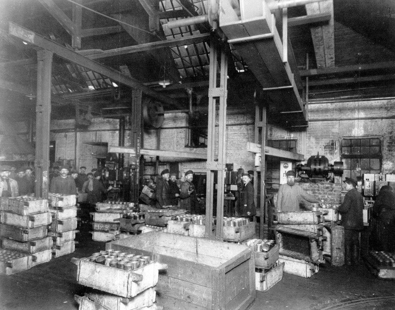 15. Ящики с готовой продукцией в одном из цехов. Апрель 1916