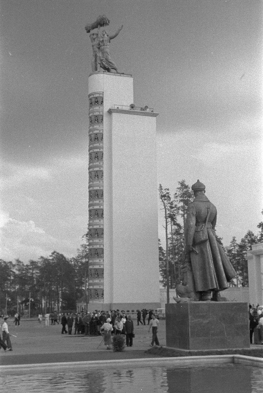 80. Стела Конституция возле Центрального павильона «СССР»