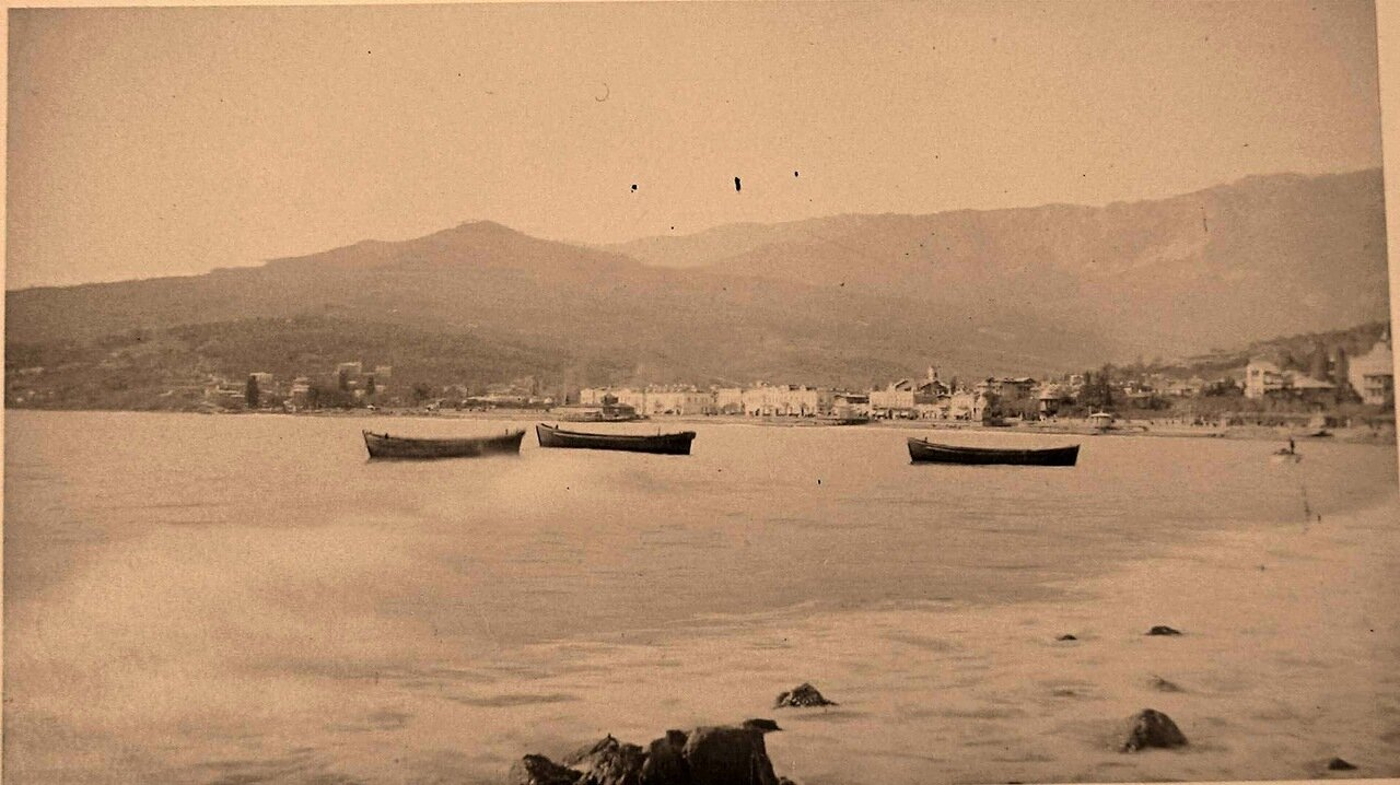 45. Ялта. Лодки в море вблизи берега