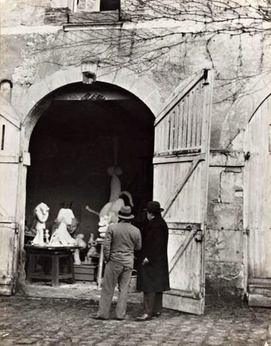 1932. Пикассо с Терьядом у входа в свою мастерскую в Буажелу