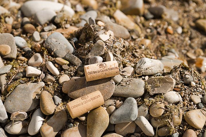 рекламная фотосъемка бутылок вина на природе
