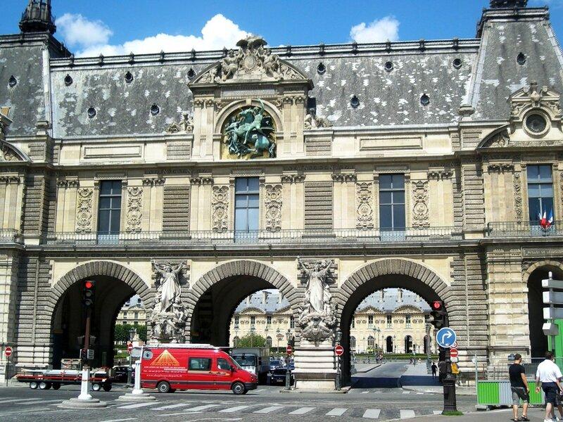 Вход в Лувр с набережной