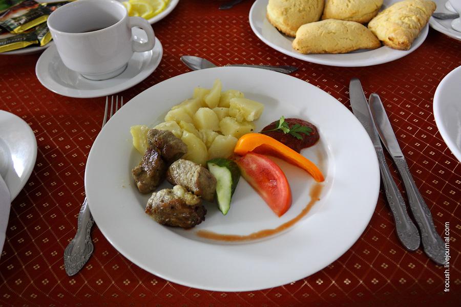 Бастурма из свинины (кусочки обжаренной с луком маринованной свинины), овощи свежие, картофель запеченный