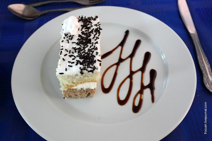 Пирожное «День-ночь» (белый и шоколадный бисквит с кремом из взбитых сливок)