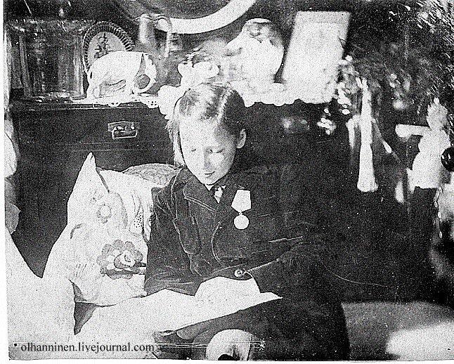 blocade Leningrad USSR 1944 girl_with_medal War_II