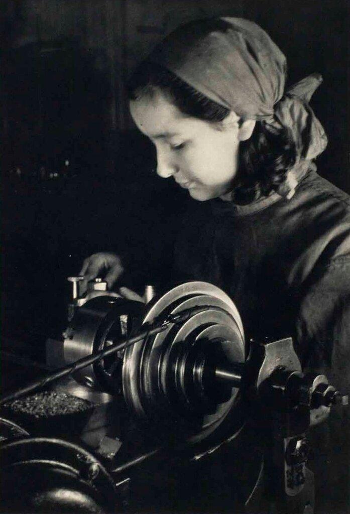 Margaret Bourke-White,фрезеровщица на фабрике,Москва 1931