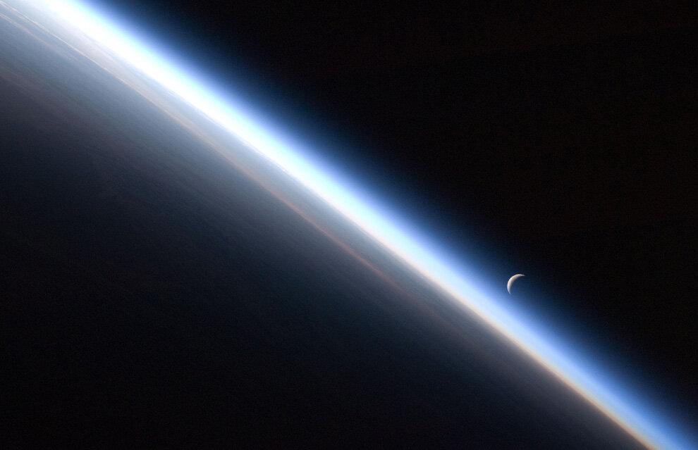 Исчезающий полумесяц и тонкая линия земной атмосферы