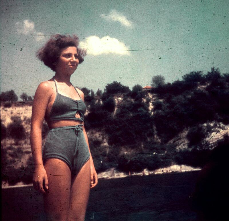 Молодая женщина в купальном костюм - снимок сделан в лодке, на фоне  скалы около Делфинариума в Варне, цветной диапозитив AGFA, около 1943 г..jpg