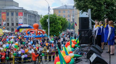 ВКирове разыграли три автомобиля между молодыми семьями