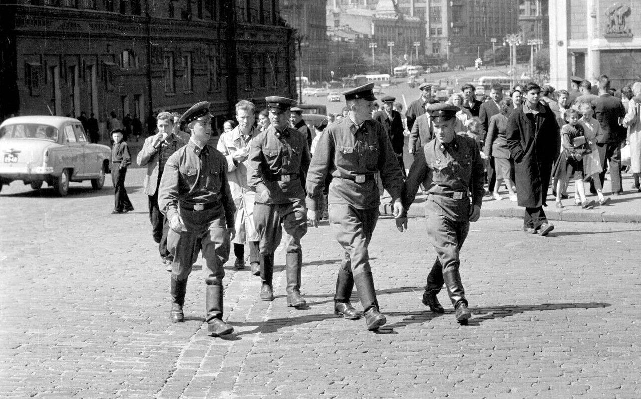 Красная площадь. Военные в городе