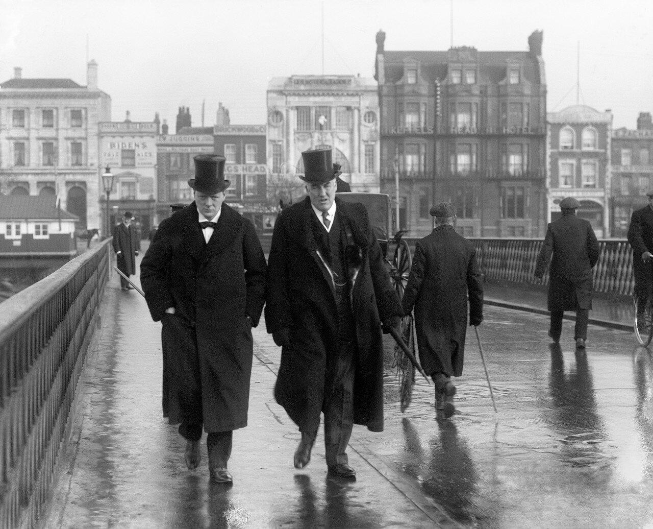 1911. Первый Лорд Адмиралтейства Уинстон Черчилль и его личный секретарь контр-адмирал сэр Эрнест Чарльз Томас Троубридж. Лондон