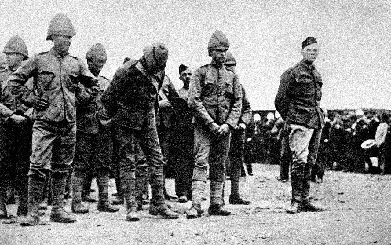 1899. Уинстон Черчилль (справа)  в лагере для военнопленных, устроенном в Государственной образцовой школе в Претории