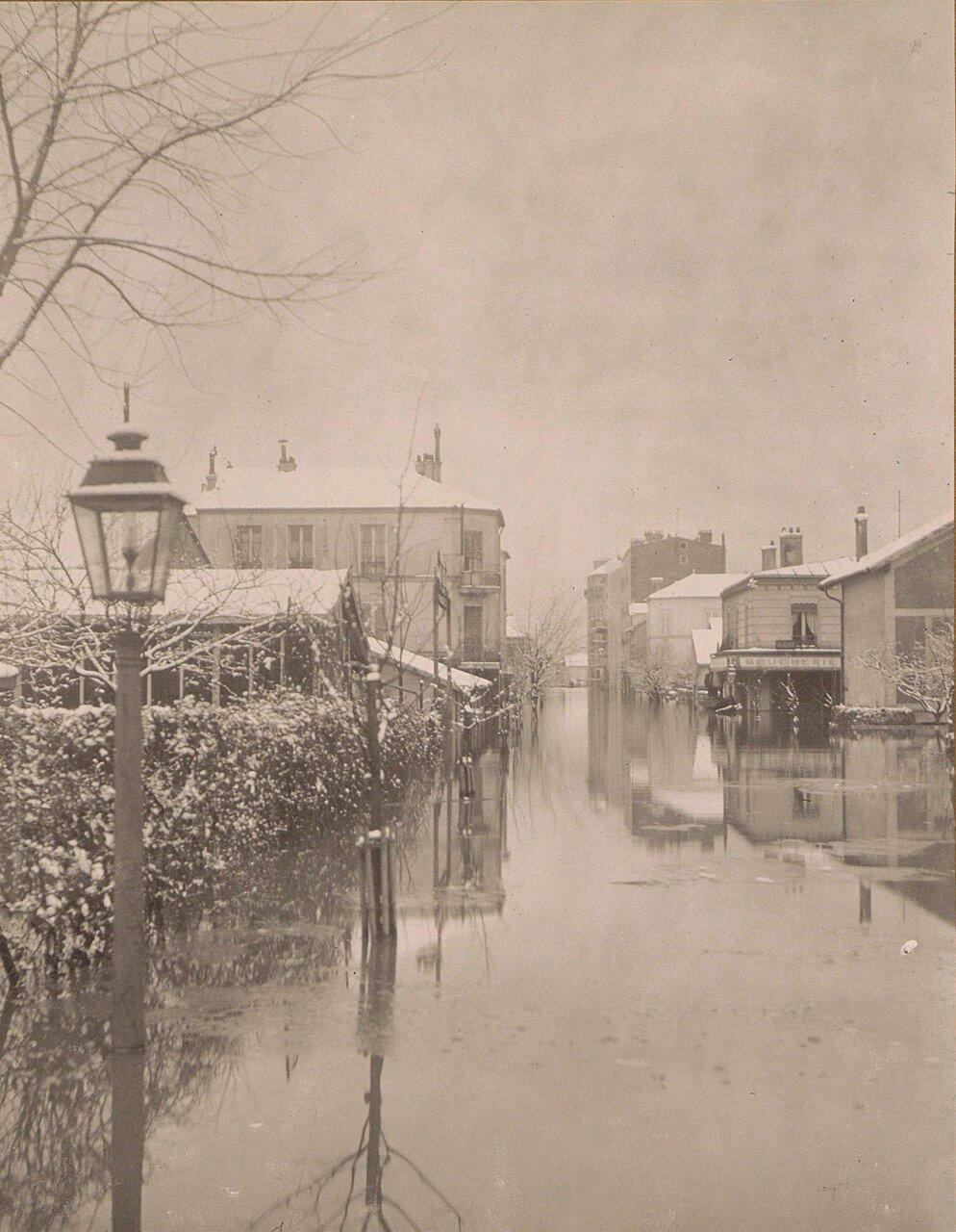 1910. Затопленная улица с заснеженными домами в пригороде Парижа