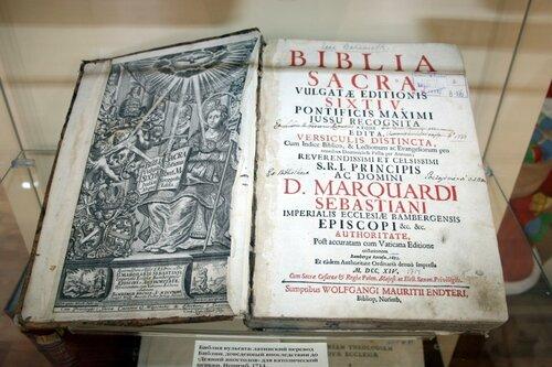 На фото старинная библия на