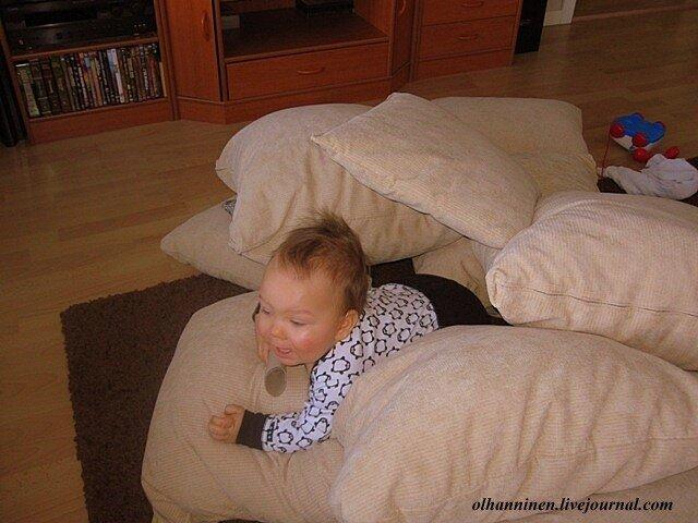Внук выбирается из подушек как супермен