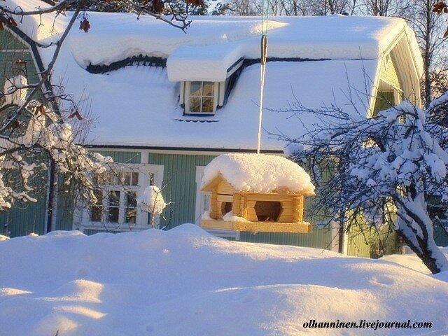 Яркое солнце и шапки снега на домах в Варкаусеm