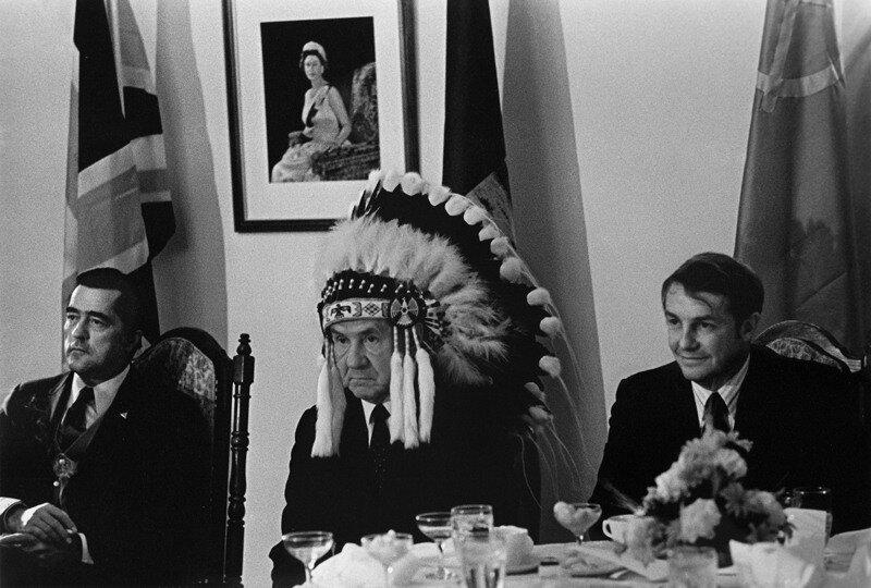 Советское фотоискусство 60-70х.Василий Егоров. Косыгин в головном уборе индийского лидера племени,1971