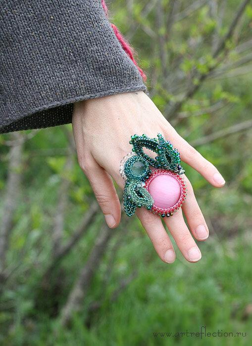Получила в подарок этот очень красивый розовый кабошон кошачьего глаза, и хотелось сделать с ним что-то необычное...