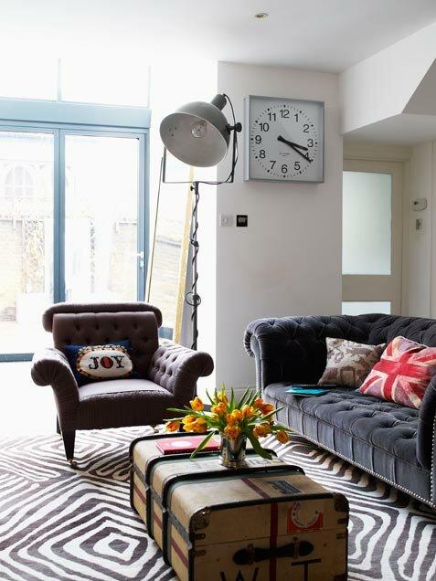 Цветные подушки внесут яркости.  Дизайн комнаты 17 м - стильный и модный...