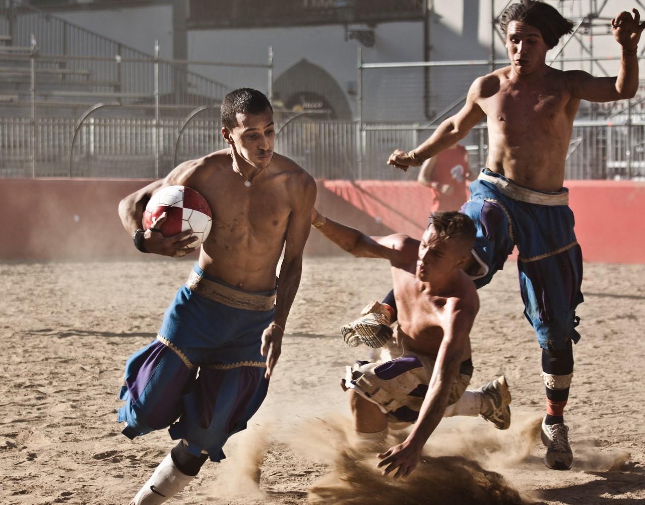 Самый жестокий спорт в мире кальчио, Флоренции, спорта, время, города, площади, Италии, матча, удары, команды, Однако, играют, команде, можно, района, исторических, СантаКроче, игроки, игроков, Санта