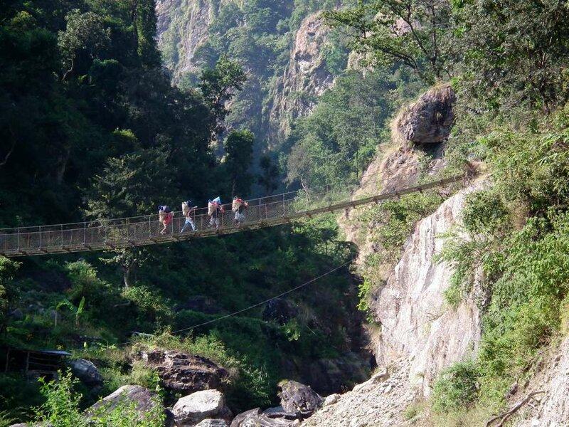 Портеры на мосту через Соти Кхолу.