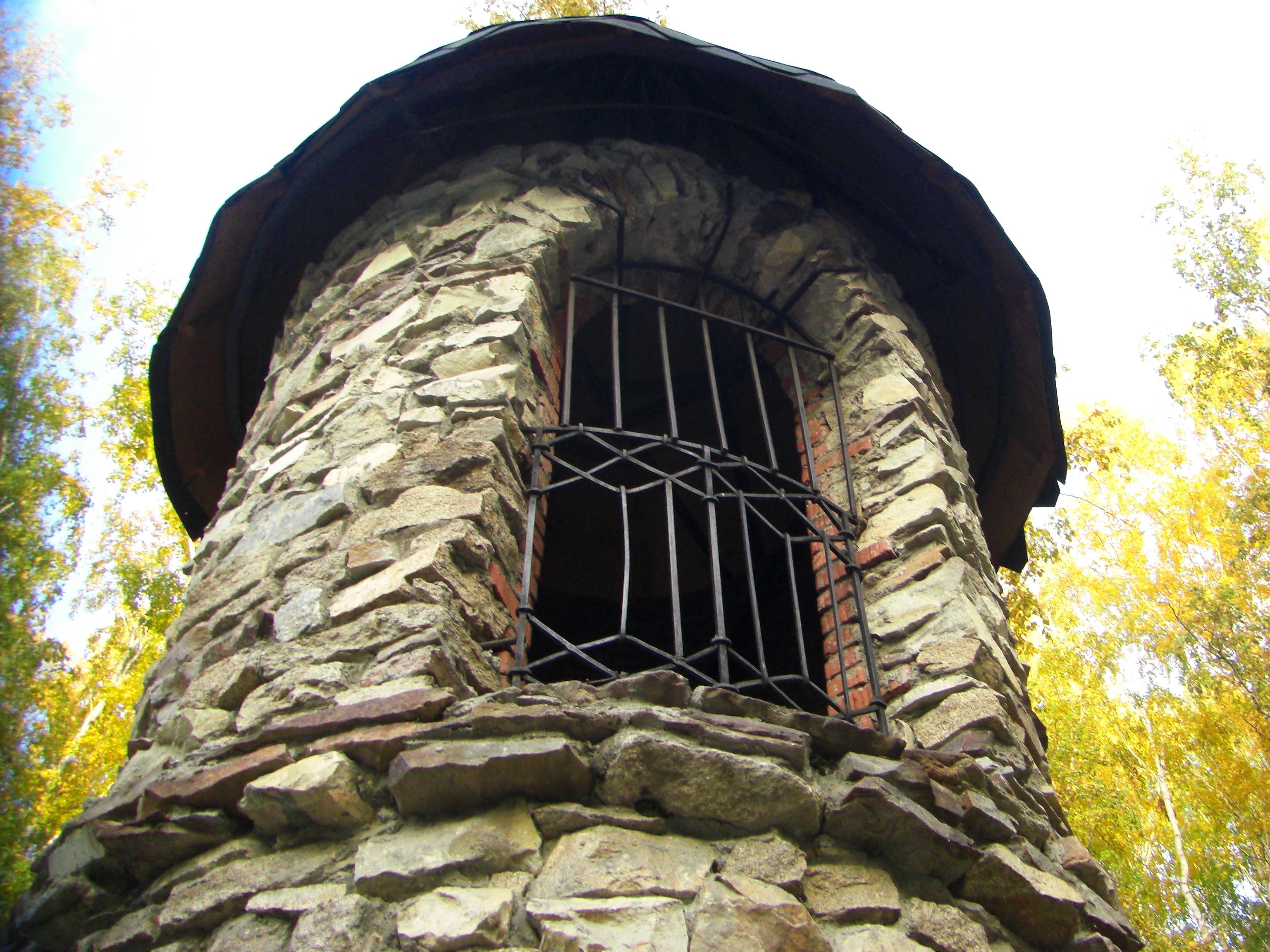 Каменная двухэтажная башня (18.10.2014)