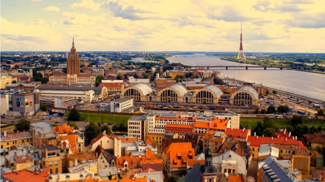 Латвия известна своей столицей— Ригой ипопулярным городом-курортом Юрмалой. Ригу многие знают как