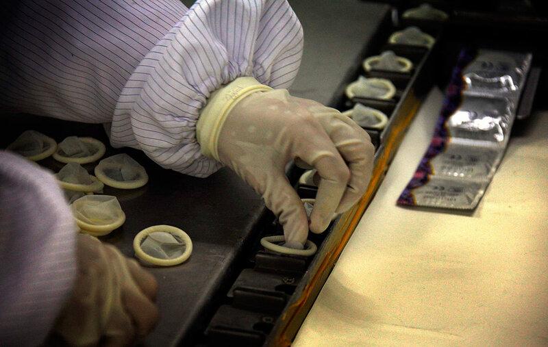 Производство презервативов в Китае.